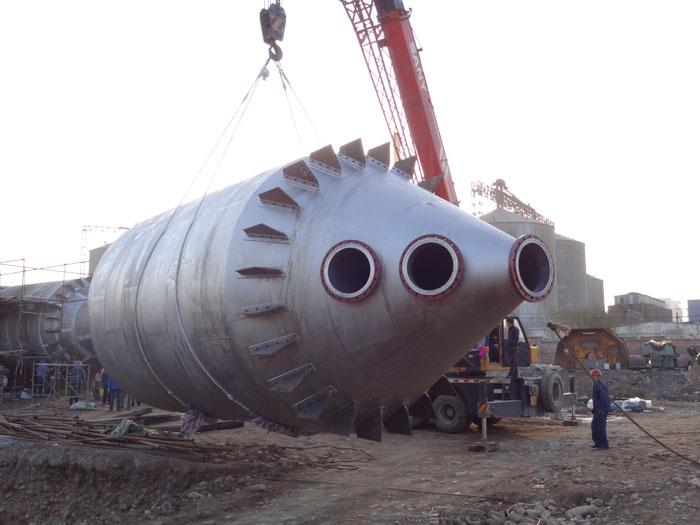 给河南某二尿企业定制的两效全钛蒸发器吊装现场